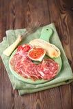 Köttuppläggningsfat av Cured kött och fikonträd Royaltyfri Foto