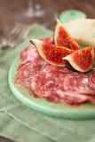 Köttuppläggningsfat av Cured kött och fikonträd Arkivbild