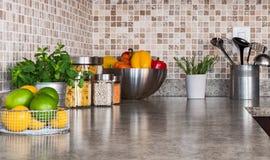 Küche Countertop mit Lebensmittelinhaltsstoffen und Kräutern stockfotografie