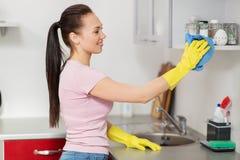 Küche der Frauen- oder Hausfraureinigungstabelle zu Hause Lizenzfreie Stockfotos