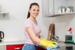 Küche der Frauen- oder Hausfraureinigungstabelle zu Hause Stockfotografie