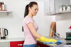 Küche der Frauen- oder Hausfraureinigungstabelle zu Hause Lizenzfreies Stockfoto