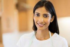 Küche der jungen Frau lizenzfreie stockfotografie
