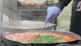 Küche in der Kirche, Verteilung von heißen Tellern für die, die weg von Krieg laufen, Lebensmittel für die im Bedarf im Freilicht stock video