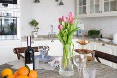 Küche in der Wohnung Lizenzfreie Stockbilder