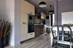 Küche des modernen Designs in einem neuen Haus stockfotos