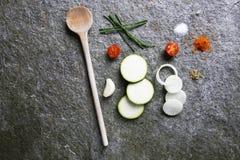 Küche, ein schön vereinbartes Bild des Kochens von Bestandteilen Lizenzfreie Stockfotos