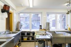 Küche in einem Hotel oder in einem Restaurant Lizenzfreie Stockfotos