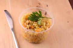 Küche - gebratener Reis mit Fleisch auf hölzernem Hintergrund Stockfotografie