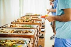 Küche-im Freien kulinarische Buffet-Abendessen-Verpflegung Gruppe von Personen in allen, die Sie essen können Speisen des Lebensm lizenzfreies stockbild