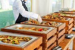 Küche-im Freien kulinarische Buffet-Abendessen-Verpflegung Gruppe von Personen in allen, die Sie essen können Speisen des Lebensm stockfotos