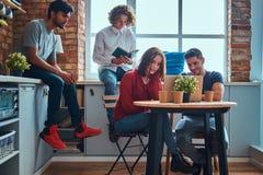 Küche im Studentenschlafsaal Gruppe zwischen verschiedenen Rassen Studenten teilgenommen an Bildung lizenzfreies stockfoto