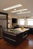 Küche-Insel mit Oberlichtern Stockbilder