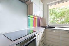 Küche mit bunter Dekoration Stockbild
