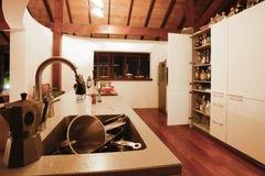 Küche mit einer Wanne voll von den Tellern Lizenzfreies Stockbild