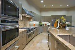 Küche mit Entlüftung Hood Above Stainless Steel Stove Lizenzfreies Stockbild