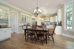 Küche mit Essenbereich und -insel Stockfotografie