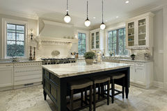 Küche mit Granitgegenoberseiten Stockfoto