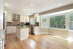 Küche mit großem Abbildungfenster Lizenzfreie Stockfotografie