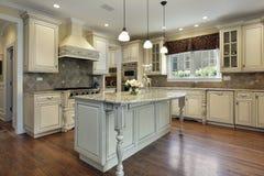 Küche mit großer Granitinsel Stockbild