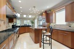 Küche mit Insel und Frühstücksbar lizenzfreie stockfotos