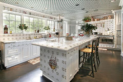 Küche mit Inselauslegung Lizenzfreies Stockfoto