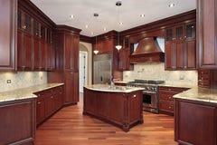 Küche mit Kirschholz Cabinetry Lizenzfreie Stockfotos