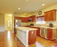Küche mit Massivholzböden stockbild