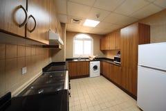 Küche mit Schränken, Waschmaschine und Kühlraum Stockfotos