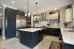 Küche mit schwarzen Kabinetten Stockfoto