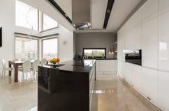 Küche mit Speisesaal Lizenzfreie Stockfotografie