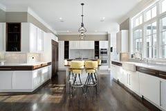 Küche mit weißem Cabinetry Stockbild