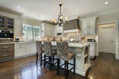 Küche mit weißem Cabinetry lizenzfreie stockfotografie