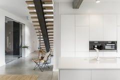 Küche mit weißem Hahn stockbild