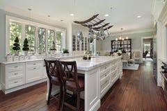 Küche mit weißer Granitinsel Stockbilder