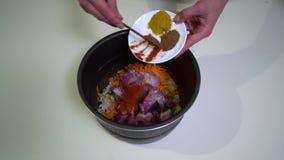 Küche Nahaufnahme Eine junge Frau bereitet Lebensmittel zu Hände der Mädchennahaufnahme Die Frau setzt die Würzen in ein stock video footage