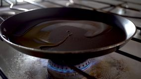 Küche; Nahrung; Kochen; Öl; Nahaufnahme; Wanne; Fischrogen; Küche; 4k; stock video footage