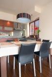 Küche und Tabelle Lizenzfreies Stockfoto