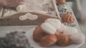 Küche am Vorabend des Weihnachten Mehl und Schaumgummiringe stock footage