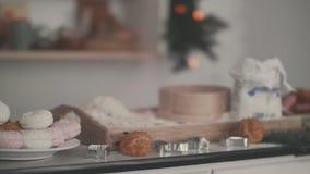 Küche am Vorabend des Weihnachten Mehl und Schaumgummiringe stock video footage