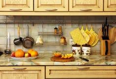 Küchegeräte und -frucht. Lizenzfreies Stockbild