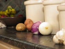 Küchekanister für Kartoffeln, Zwiebeln und Knoblauch lizenzfreies stockbild