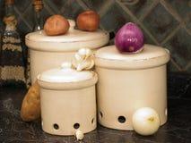 Küchekanister für Kartoffeln, Zwiebeln und Knoblauch Lizenzfreies Stockfoto