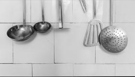 Küchen-Geräte auf der weißen Fliese Stockfoto
