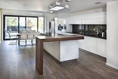 Küchen-offener Raum am neuen Innenraum des Familienhauses Lizenzfreie Stockfotografie
