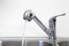 Küchen-Wasserhahn und -wanne Lizenzfreies Stockfoto