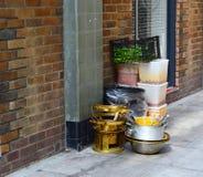 Küchenausrüstung, die auf der Straße sitzt Stockbilder