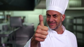 Küchenchef, der Daumen aufgibt und an der Kamera lächelt stock video