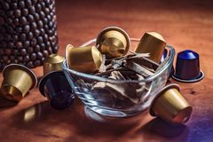 Küchendekoration, Glasschüssel mit Kaffeekapseln Stockfoto