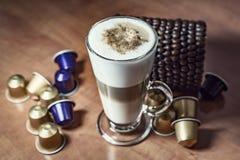 Küchendekoration, schäumender gestreifter Kaffee Stockfoto
